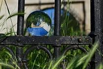 Fotografie použitá v kalendáři zobrazuje bránu židovského hřbitova v Rousínově.