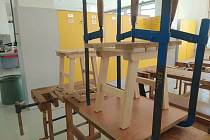 Budoucí truhláři se utkali ve školní soutěži nad výrobou stoliček.