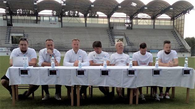 Zástupci MFK Vyškov dnes pozvali novináře k tiskové konferenci přímo na trávník drnovického stadionu, kde budou hrát svá domácí utkání.