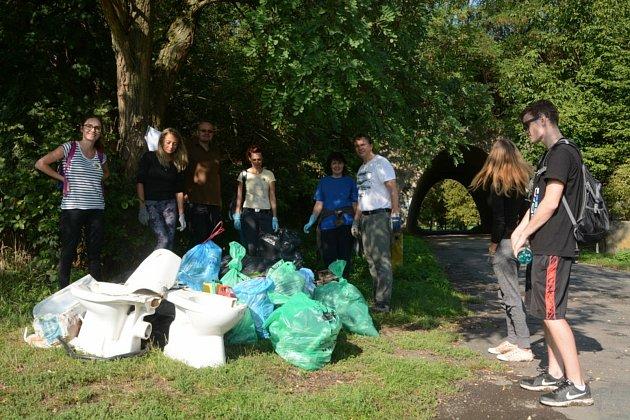 Členové spolku se každoročně podílejí na úklidu města. Foto:
