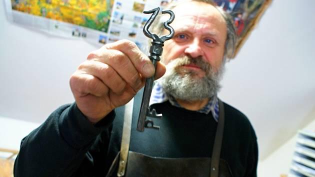 Umělecký kovář Oldřich Bartošek z Křenovic už několik let rozesílá své rodině a přátelům novoroční přání vyrobená z kovu.