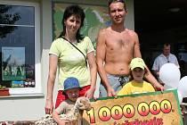 Rodina Černých ze Zábřehu na Moravě je miliontým návštěvníkem dinoparku.