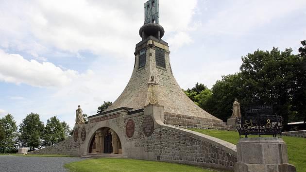 Památník Mohyla míru pochází z roku 1910.