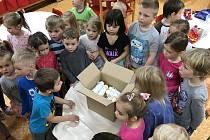 Děti z letonické školky poslaly dárky ve velkém balíku.