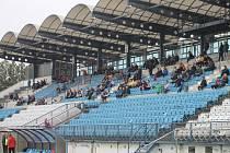 Vzpomenout na ligové časy drnovického stadionu dalo v červnu přípravné utkání účastníků MSFL, Vyškova (modré dresy) s Blanskem. Blanenští, tehdy už žhaví čekatelé na druhou ligu, vyhráli 2:1.