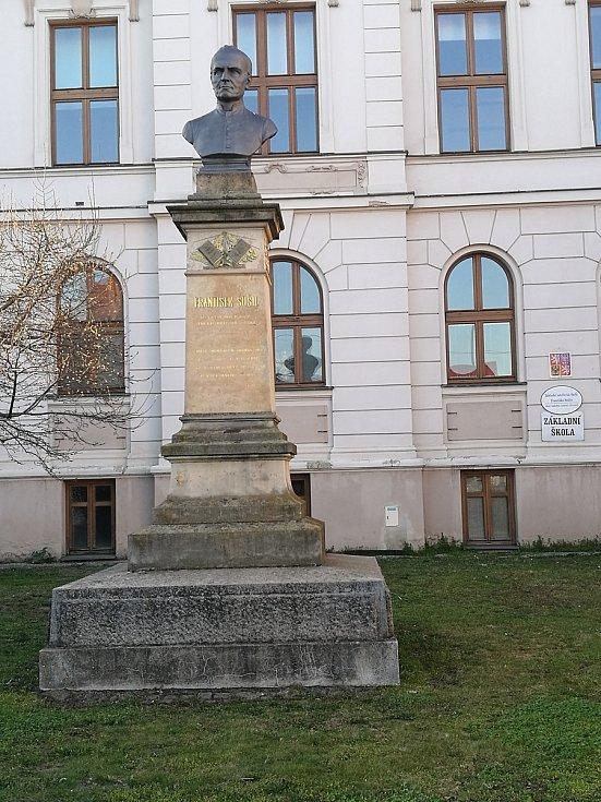 Základní umělecká škola s bustou Františka Sušila.