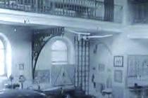 Nepříliš kvalitní, ale o to vzácnější snímek z doby nacistické okupace zachycuje interiér synagogy.