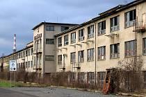 NÁBYTKÁŘSKÝ GIGANT. Podnik UP Bučovice byl na prvním místě ve výrobě nábytku v Československu. Po roce 1989 v něm zaostávali v moernizaci. Soukromí vlastníci nakonec areál odprodali městu, kde v srpnu loňského roku zorganizovali jeho demolici. Oprava pro