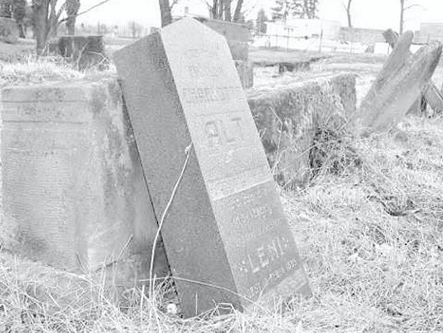 Jedním z nemnoha pozůstatků po někdejší početné židovské komunitě v Ivanovicích na Hané je poničený židovský hřbitov zajímavý tím, že jím kdysi protékal náhon.