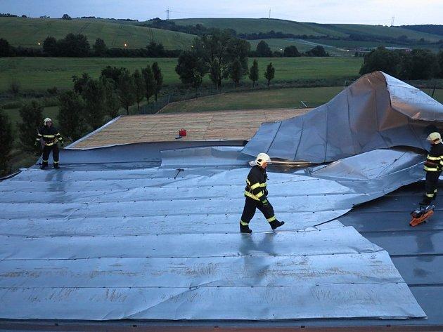 Na tribuně fotbalového hřiště vBrankovicích se vlivem větru uvolnila část plechové střešní krytiny.