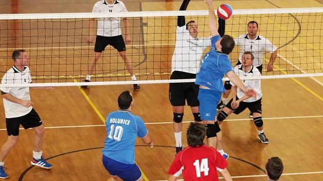 V posledním letošním dvoukole krajského přeboru I. třídy volejbalistů bylo na pořadu okresní derby TJ Holubice B Volejbal Vyškov. Hosté vyhráli 3:0 a 3:2.