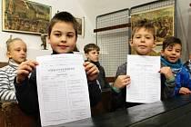 Děti z 1. B vyškovské Základní školy Tyršova dostaly první vysvědčení v Muzeu Vyškovska. A to v rámci posledního dne výstavy Když jsem chodil do školy.