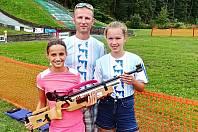 Zleva jsou Sofie Jungmannová, trenér Vladimír Haumer a Erika Žáková.