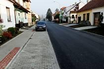 Užší silnice, ale více místa pro zeleň. Dělníci dokončili rekonstrukci Slovanské ulice ve Slavkově u Brna.