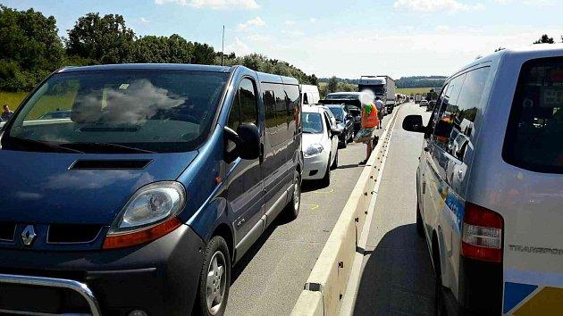 Čtyři osobní auta a dvě dodávky bouraly vsobotu před třetí hodinou odpoledne na 221.kilometru dálnice D1 na úrovni Tučap směrem zBrna na Vyškov.
