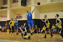 Vyškovští basketbalisté mají v Černovicích co napravovat. V posledním domácím dvojzápase (na snímku ve světlém) nedokázali naplnit očekávání a dvakrát prohráli. O víkendu v Brně mohou svůj nepřesvědčivý vstup do oblastního přeboru vylepšit.