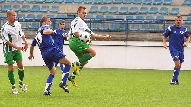DRUHÝ VS. PRVNÍ. K uzavření první poloviny zbývají fotbalistům v okresním přeboru  tři kola, ale podzimní vrchol bude k vidění v Brankovicích, kde hraje FKD. Snímek je z utkání Drnovic s Lysovicemi.