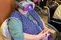 Ze svého křesla cestují zájemci v domovech alespoň virtuálně.