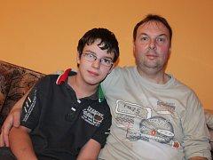 Vladimír Holub se svým mladším synem Petrem, který trpí následky dětské obrny.