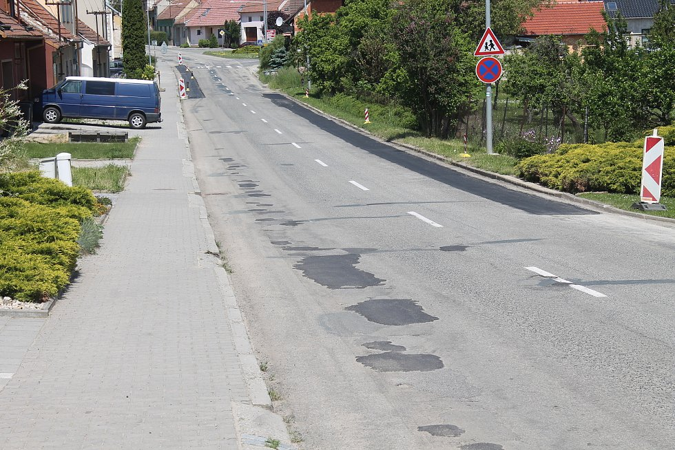 Stav průjezdové silnice v Letonicích.