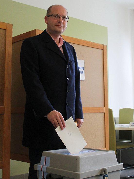 Premiér Bohuslav Sobotka (ČSSD) v sobotu dopoledne volil ve Slavkově u Brna.