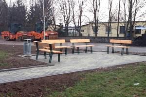 Zpevněná plocha s lavičkami v Jízdárenské ulici.
