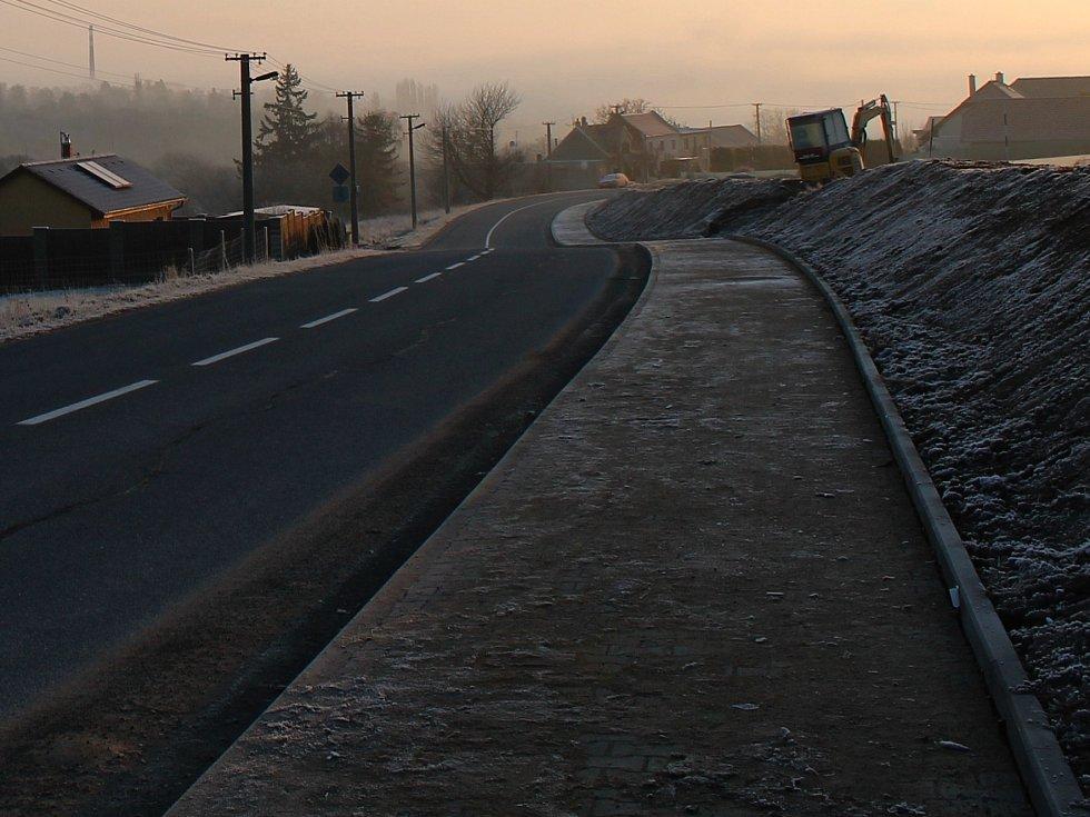 Stavba chodníku ve Lhotě už je hotová. Kolaudace přijde na řadu v lednu.