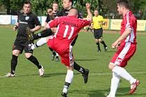 Snímek je z předchozího okresního derby Slavkov – Dražovice, které domácí (v černém) vyhráli 3:0.