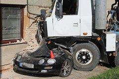 Domíchávač natlačil auto na dům v Brankovicích na Vyškovsku.