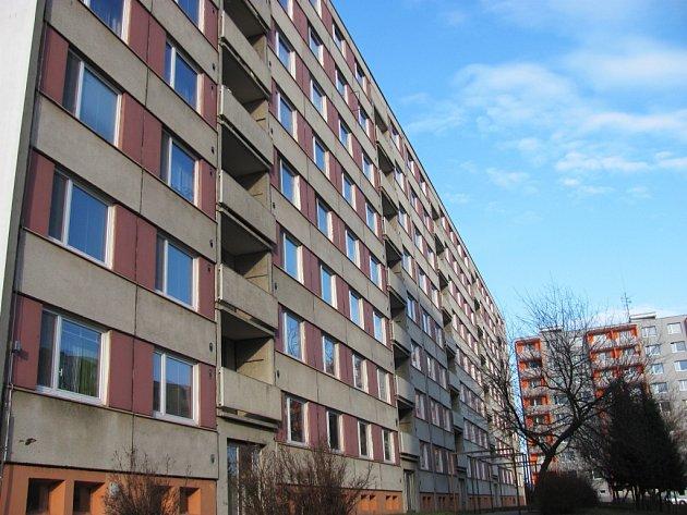 Skoro čtvrt století stojí na vyškovském Sídlišti Osvobození panelový dům sčísly 50až 54.Že se nedočkal příliš velkých zásahů, je patrné na první pohled. Ajak tvrdí obyvatelé, isamotné byty už vyžadují rekonstrukci.