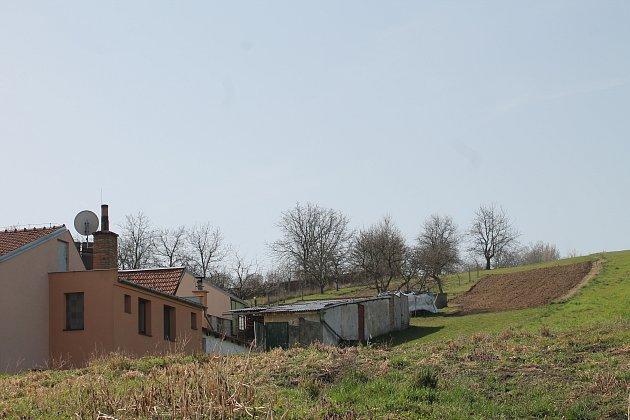 Pole nad jejich domem je znovu podmáčené, rodina se bojí sesuvu.