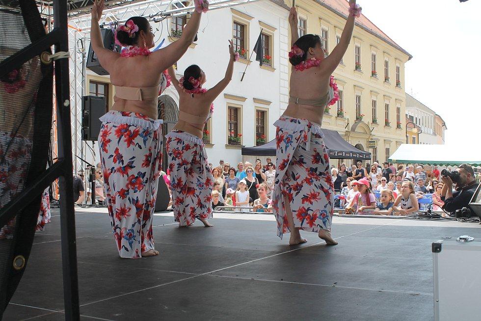 Soubor břišních tanečnic vystupuje na Palackého náměstí. V havajském rytmu