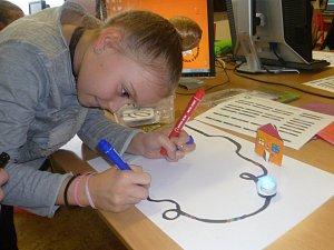 Děti se na Základní škole Purkyňova ve Vyškově letos učí informatiku za pomoci malých robotů.
