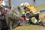 Cvičný zásah u nehody s dvěma usmrcenými, autem ve vodě a uprchlým viníkem trval hodinu a půl.