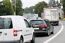 Nebezpečné objíždění, nervozita řidičů. I to je vidět v kolonách táhnoucích se Rousínovem a Vyškovem. Důvodem je oprava D1, ze které mnozí sjíždí s tím, že ušetří čas.