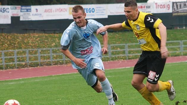V 11. kole moravskoslezské divize D porazili fotbalisté MFK Vyškov (v modrém) Slovan Rosice 4:1.