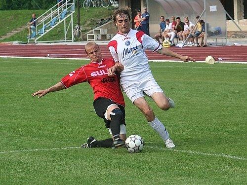 Největším problémem vyškovských fotbalistů v nedělním zápase byla zahuštěná dobře pracující zábřežská obrana. V tomto případě se o tom přesvědčil domácí útočník Martin Lička (vpravo).
