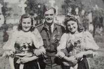 Bořivoj Šmíd s Marii Šťastnou a Věrou Kopřivovou při kladení věnců na hřbitově po návratu do vlasti v roce 1945.