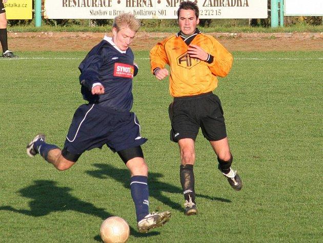 Slavkovské fotbalisty (v modrém) čeká první kolo nové sezony. V dalším ročníku chtějí předvádět lepší výkony než v tom uplynulém.
