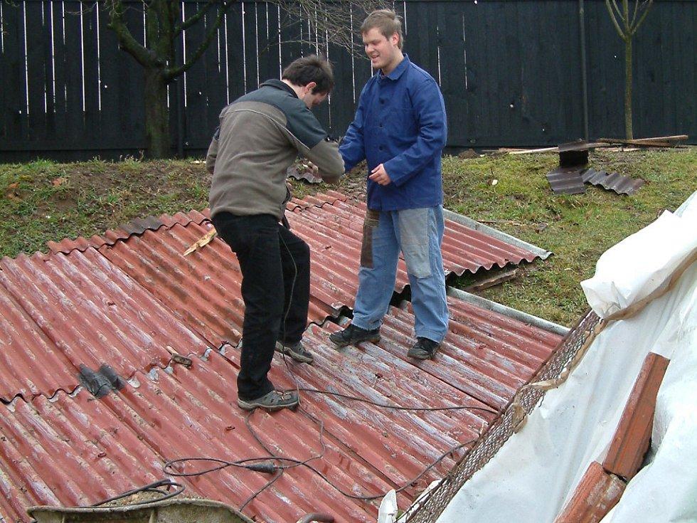 Moravské Málkovice. Lidem uletěly zejména plechové střechy.
