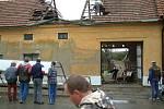Moravské Málkovice. Takovou škodu udělala plechová střecha, která odletěla z protějšího obchodu a smetla kus dalšího domu.