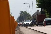 Kvůli rekonstrukci průtahu Vyškovem už měsíc musí řidiči doufat, že se jim podaří trefit správnou odbočku a objížďku.