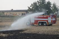 Při požáru pole u Kobeřic vyhlásili hasiči druhý stupeň požárního poplachu.