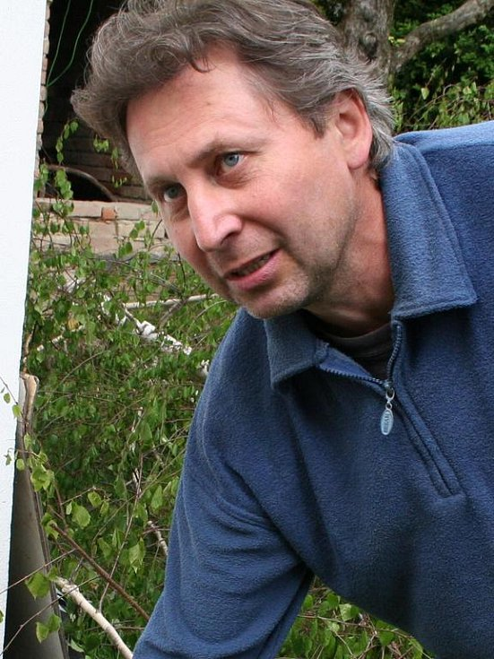Pavel Čadík u torza břízy, kterou svévolně pokácela jeho sousedka.