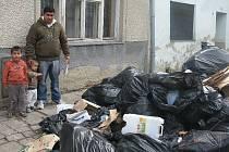 Hned pod okny někdo vysypal smrdutou hromadu odpadků před dům Holubových. Policie hledá pachatele.