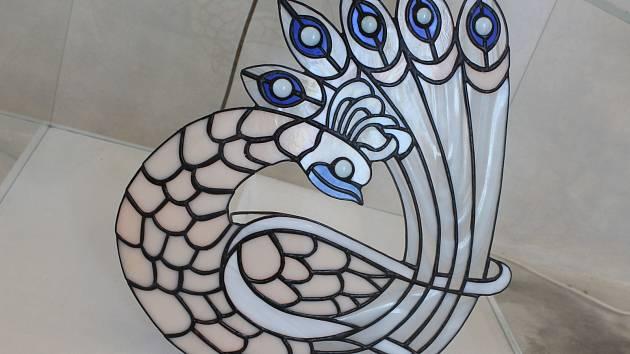 Výstava vitráží a tiffany Šárky Rotterové se ve vyškovské kapli zdrží do začátku sprna.