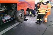 Kvůli požáru musel na 222. kilometru dálnice D1 u Tučap ve směru na Brno v sobotu odpoledne zastavit autobus plný cestujících.