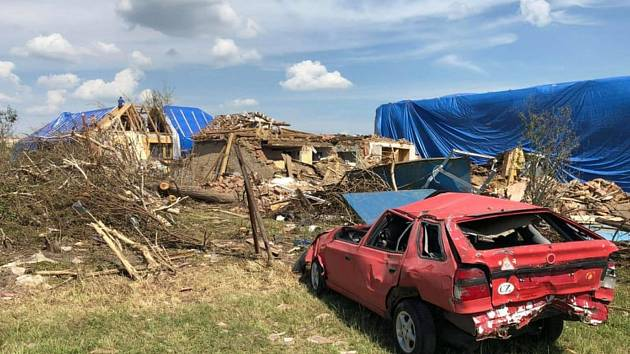 Pohled, který se v Hruškách po tornádu naskytl pomáhajícím dobrovolníkům.
