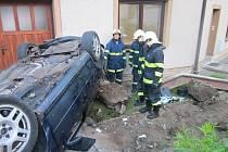 Ve Vážanech u Vyškova havarovalo auto, který řídil opilý motorista. Spolujezdec nepřežil.