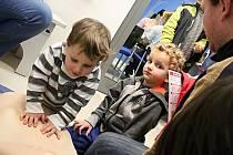 Už i děti údajně dokáží poskytnout první pomoc. Příležitost vyzkoušet si na figuríně třeba masáž srdce mívají například i na policejních akcích.